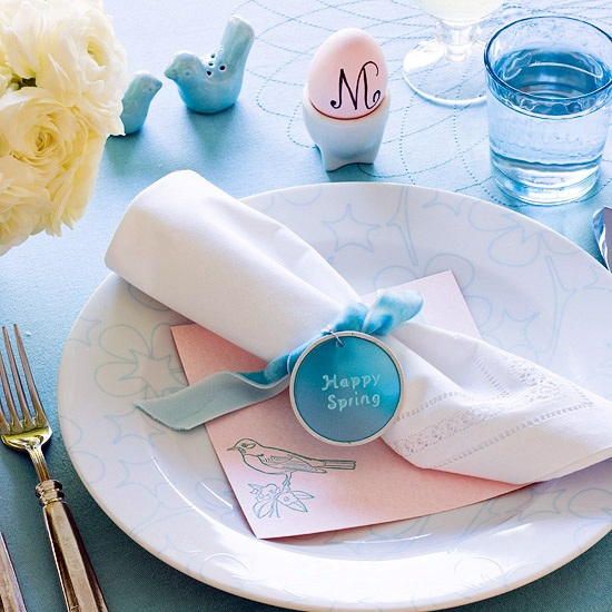 Blue-pink color is elegant in combination with this Easter decoration