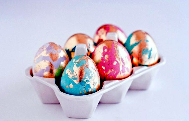 I have one more Easter egg decorating tutorial for you today: gorgeous floral eggs. These are some of the prettiest eggs I've ever seen, and they are so easy to make!