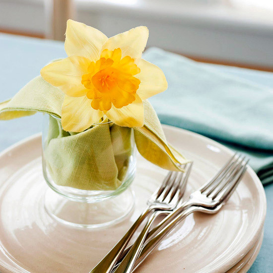 Grell yellow daffodil in a glass