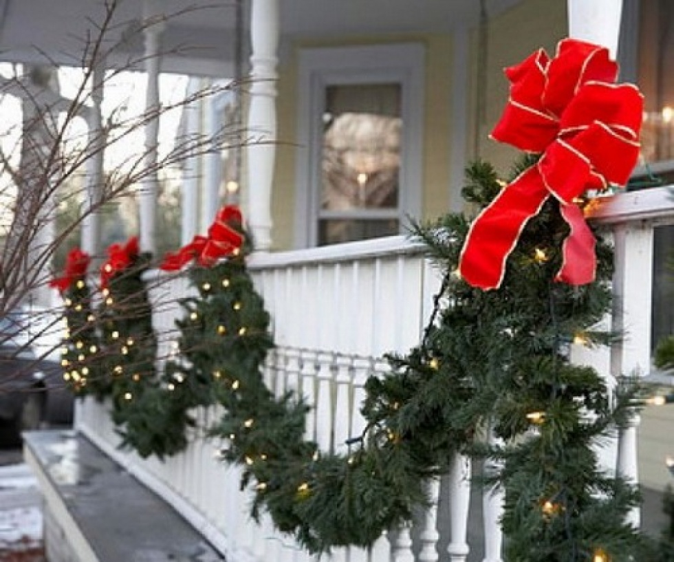 outdoor christmas decorations classic garland and red bow - Classic Outdoor Christmas Decorations